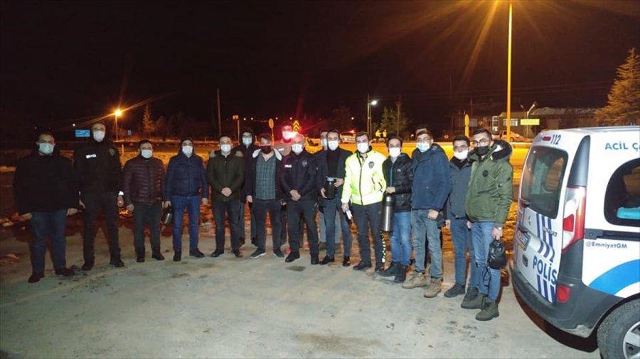 Ak Parti Gençlik Kollarından Kontrol Noktasındaki Polislere Çay İkramı