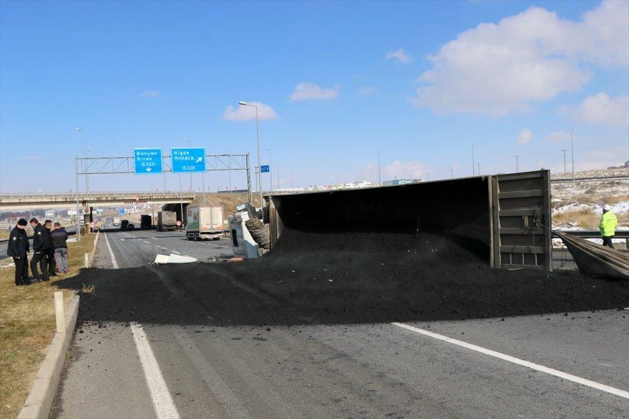 Kayseri'de Devrilen Kömür Tozu Yüklü Tırın Sürücüsü Yaralandı
