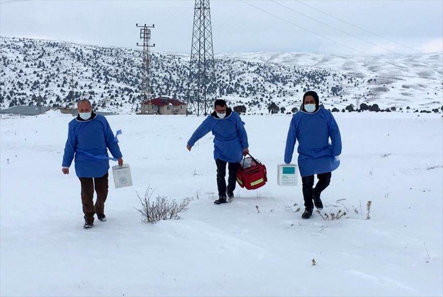 Kayseri'de Sağlık Çalışanları Karlı Yolları Aşarak 84 Yaşındaki Kadının Kovid-19 Aşısını Yaptı