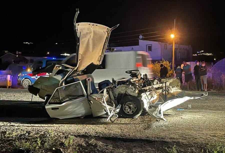 Antalya'da İki Otomobil Çarpıştı: 1 Ölü, 2 Yaralı