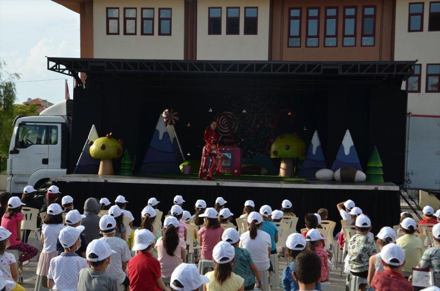 """Karaman'a Gelen Kamyon Tiyatrosu, Çocukları """"turta Girmemiş Orman"""" Oyunuyla Eğlendirdi"""
