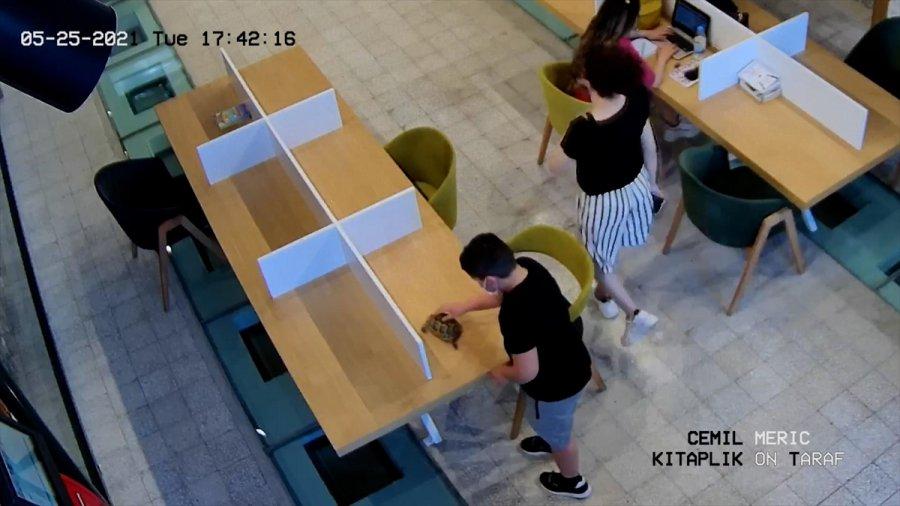 Antalya'da Çocuğun, Kütüphaneye Kaplumbağasıyla Gelmesi Gülümsetti