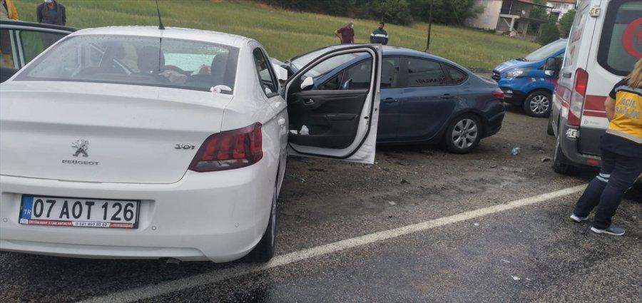 Antalya'da İki Otomobil Çarpıştı: 1 Ölü, 4 Yaralı