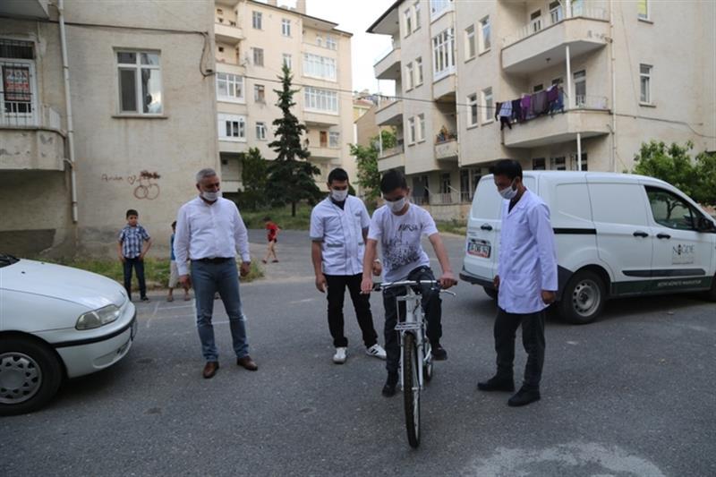 baskan-ozdemirden-omere-bisiklet-hediyesi-3_800.jpg